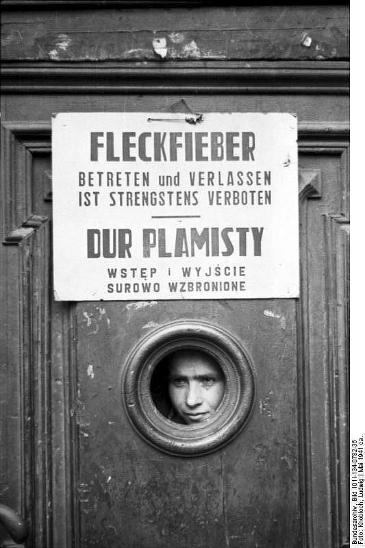 _en_Bundesarchiv_Bild_101I-134-0782-35__Polen__Ghetto_Warschau__Fleckfieber-Warnung_2.jpg
