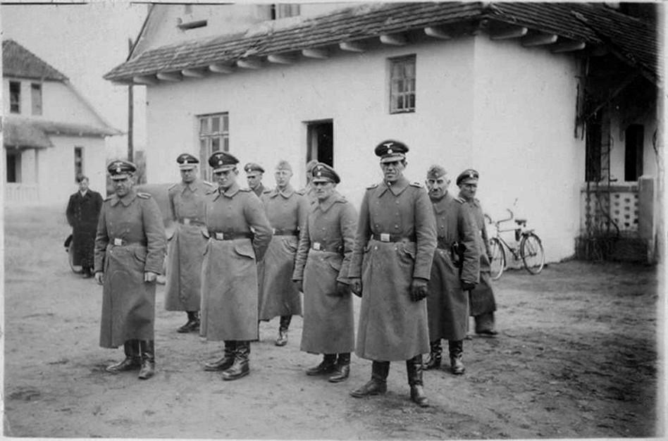 _en_Belzec_-_SS_staff__1942_.jpg