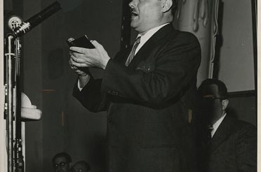 Warsaw_Cantor_Moshe_Koussevitzky_at_the_Warsaw_Ghetto_10th_Anniversary_Memorial_Meeting_in_New_York_City.jpg