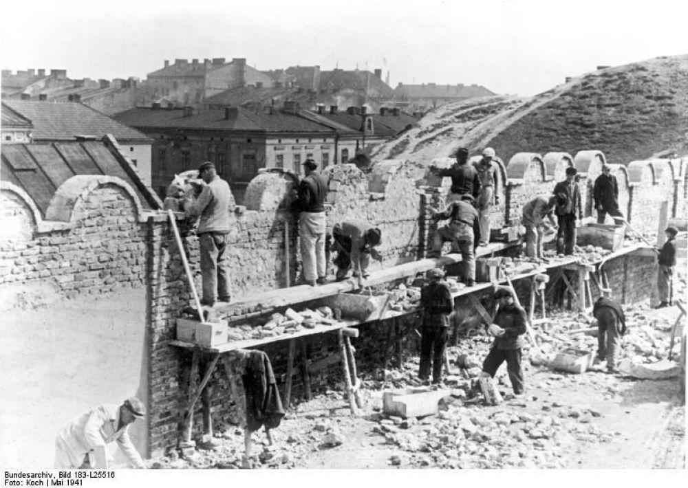 Bundesarchiv_Bild_183-L25516__Polen__Bau_der_Mauer_f_r_ein_Ghetto.jpg