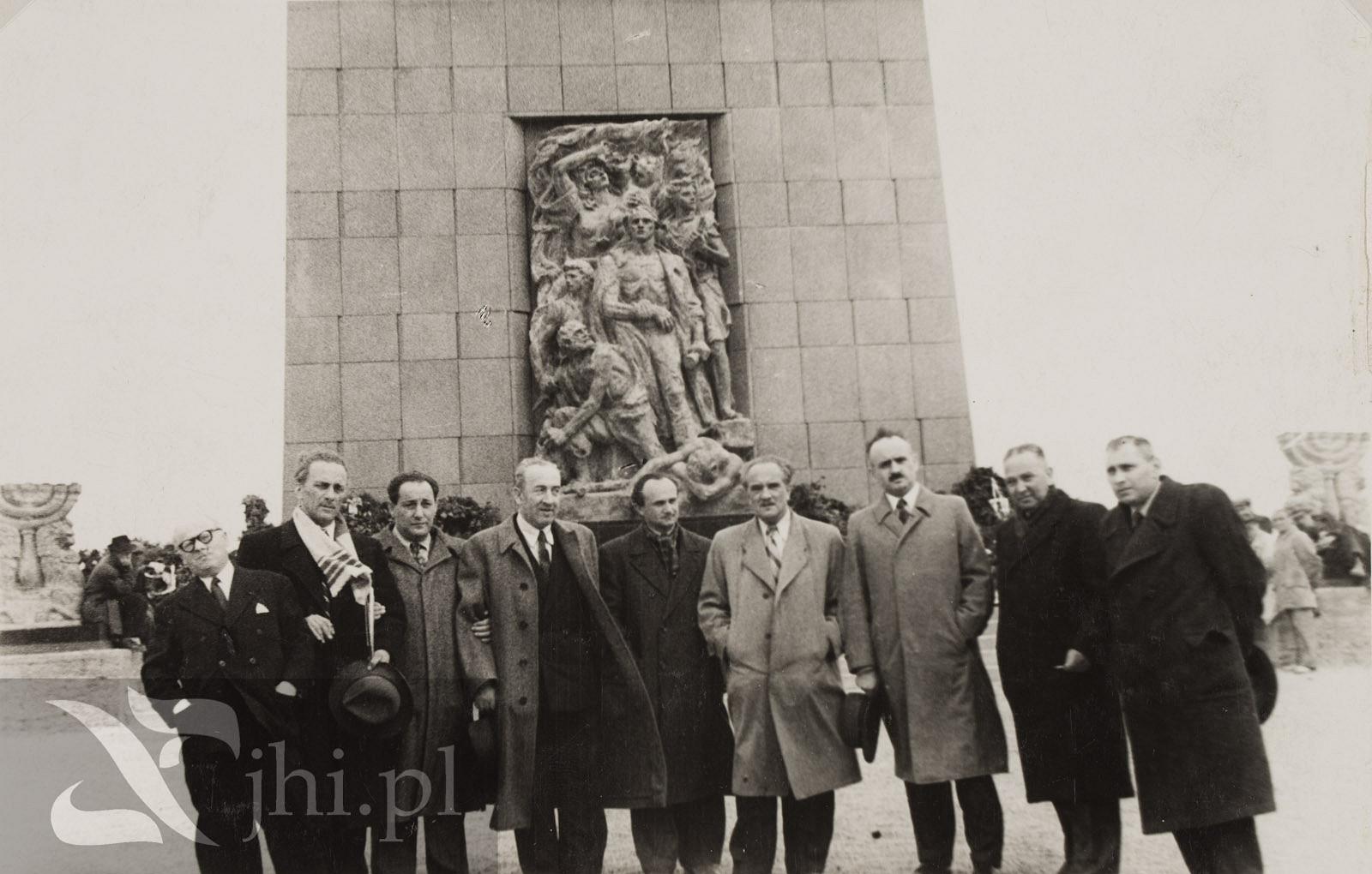 Dzia_acze_CK_P_przed_pomnikiem_z_okazji_rocznicy_wybuchu_powstawnia_w_getcie_warszawskim__7od_lewej_Adolf_Bitter.jpg