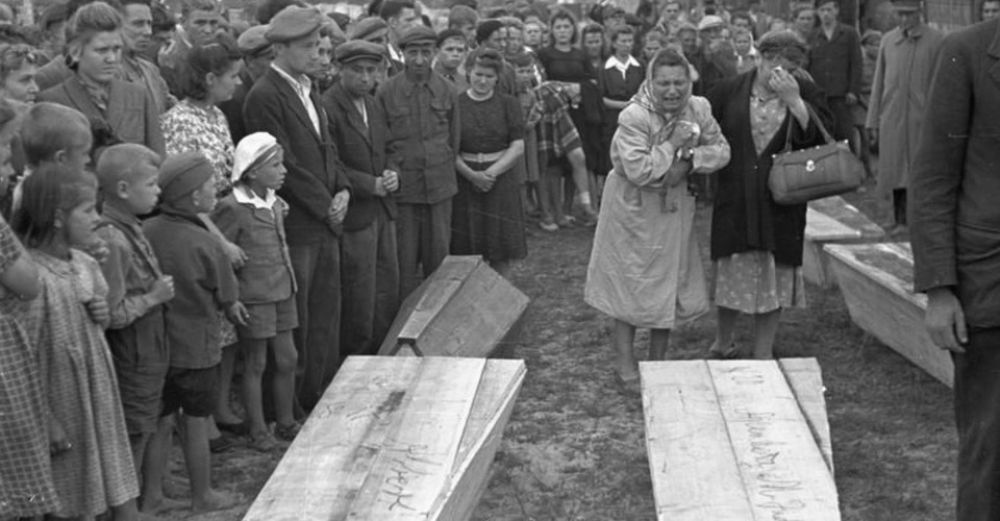 wide_Pogrom-kielecki-pogrzeb-ofiar.jpg