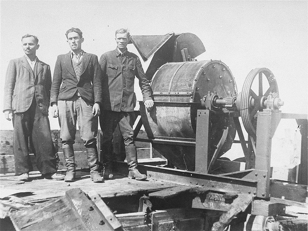 _en_1022px-Jewish_prisoners_forced_to_work_for_a_Sonderkommando_1005_unit_pose_next_to_a_bone_crushing_machine_in_the_Janowska_concentration_camp.jpg