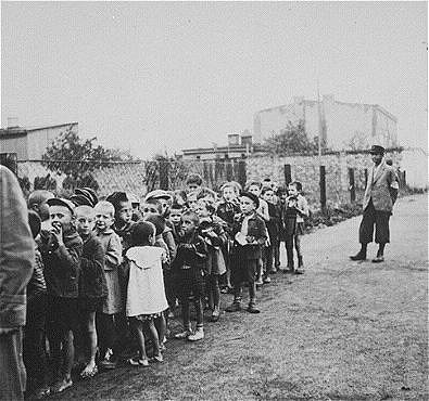Lodz_Children_rounded_up_for_deportation_wiki_ushmm.JPG [31.43 KB]