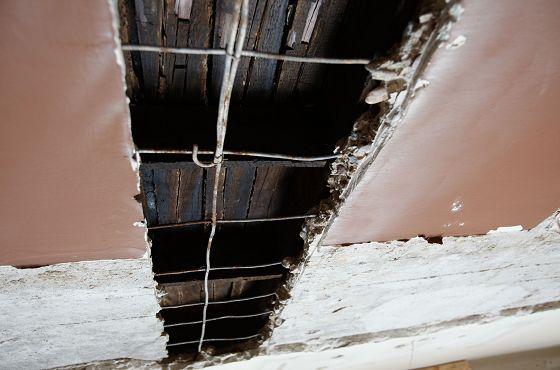 Nadpalone drewno w stropie ŻIH