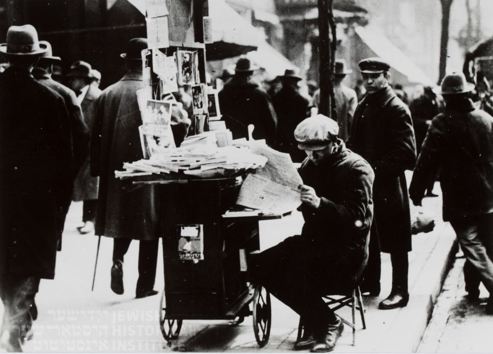 Uliczny sprzedawca gazet, 1918-1939 r. ŻIH_COMP.jpg