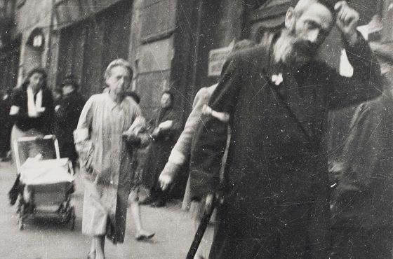 Żyd kłania się Jostowi, który go fotografuje