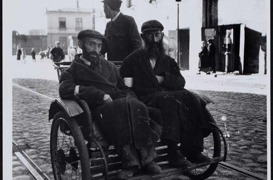 Getto warszawskie. Dwóch Żydów w rikszy jadącej ul. Gęsią