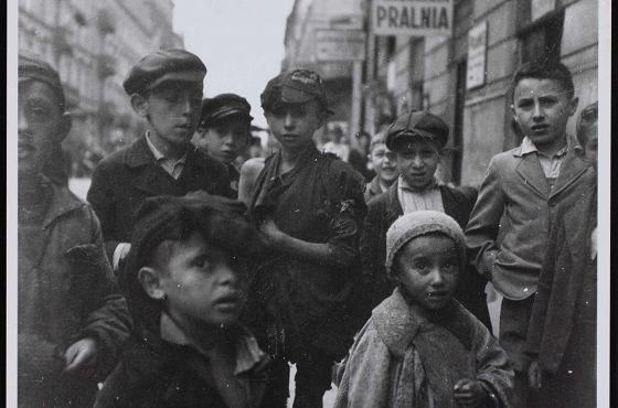 Getto warszawskie. Grupa dzieci na ulicy