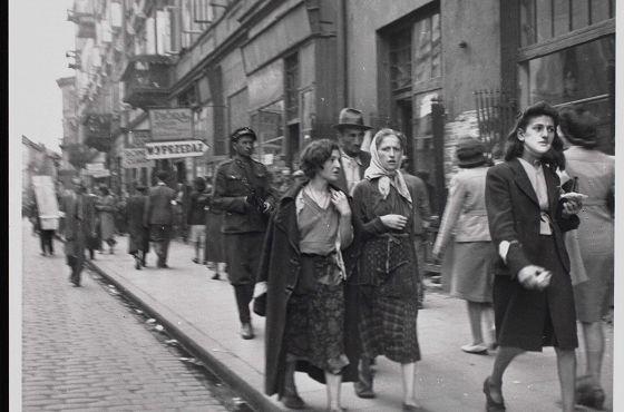 Getto warszawskie. Ruch pieszych na ul. Karmelickiej, widoczne budynki o numerach 11–13.