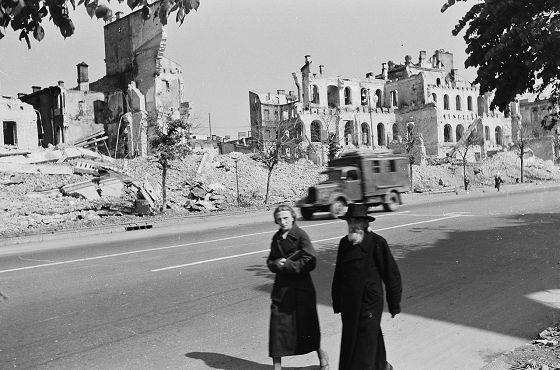 Kijów, zniszczone eksplozjami budynki przy ulicy Chreszczatyk, 1942. FOTO:FORTEPAN / Ungváry Krisztián, CC BY-SA 3.0., Wikipedia