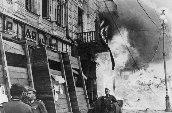 Kijów. Pożar miasta. Widoczna grupa niemieckich żołnierzy. Jesień 1941 r. Narodowe Archiwum Cyfrowe
